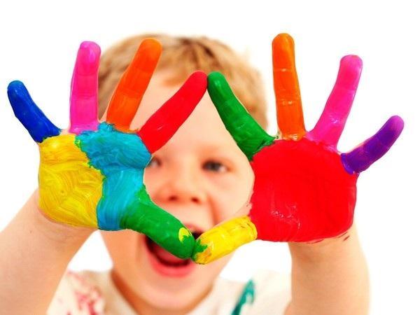 Ми поділимося з вами порадами і покажемо кілька занять, які допоможуть дитині в ігровій формі навчитися розрізняти основні кольори і їхні назви.