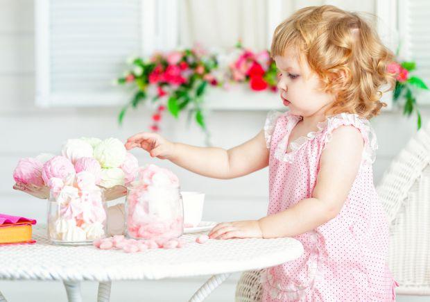 На відміну від шкідливих солодощів, з великою кількістю цукрозамінників та ароматизаторів, зефір дієтологи навіть рекомендують давати дітям. А ось з я