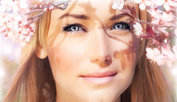 Жінки, які мріють про біляві кучері і фарбуються в блондинок, знають, що з часом на них чекає жовтуватий відтінок волосся. Що з ним робити? Як позбути