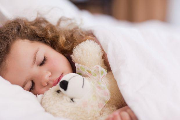 Якщо вкладати дитину спати строго в один і той самий час, можна краще контролювати її вагу. Як зазначає