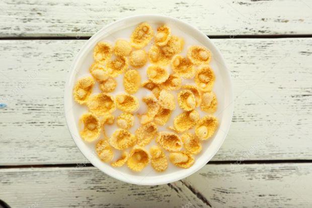 У багатьох з нас увійшло в звичку починати ранок з пластівців з молоком. Такий сніданок здається ідеальним варіантом для швидкого і здорового ранковог
