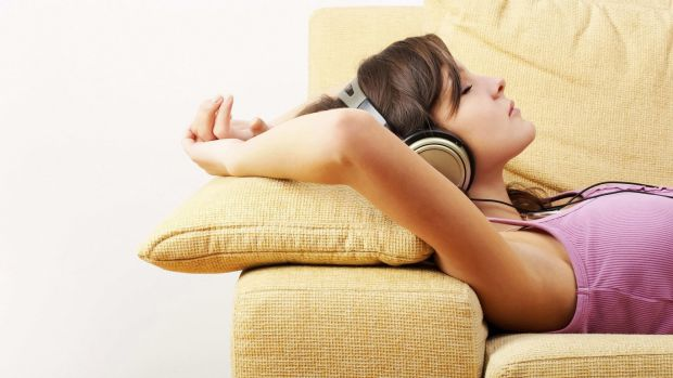 8979_armpits-girl-sleep-sofa-pillow-1366x768.jpg (32 Kb)