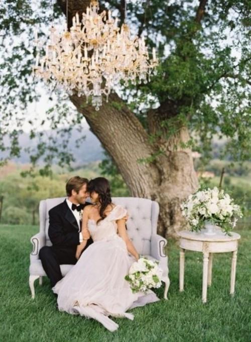 Усі звикли, що потрібно влаштовувати розкішне, велике весілля, всього має бути багато і по-багатому. Але ці весільні традиції повинні відходити у мину