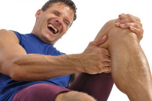 Розтягнення м'язів стегна досить часто зустрічається не тільки у спортсменів. Трапляється ця травма під час розгинання ноги в коліні. Причиною розтягу