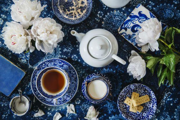 Ми звикли, що як тільки з'являється нежить чи температура, одразу потрібно починати пити багато чаю чи іншої досить теплої рідини. А ось лікарі переко