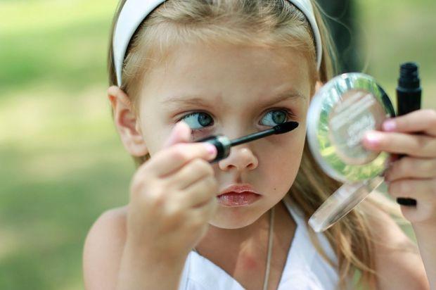 Майже всі донечки у дитинстві беруть мамину помаду і малюють собі губи, одягають мамине взуття та приміряють сукні. Але з часом ці ігри в