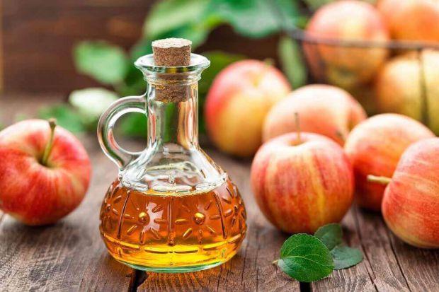 Яблучний оцет - Він готується на основі яблук або яблучного мусу. Використовується також як натуральний консервант. Має жовто-коричневе забарвлення.