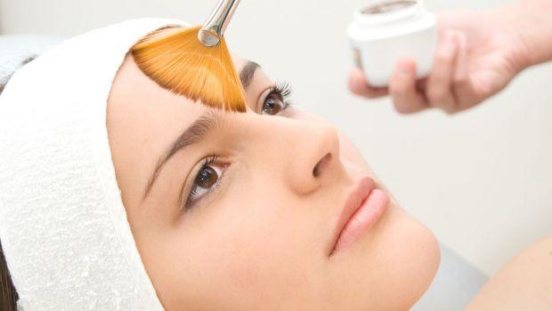 Якщо ви хочете очистити шкіру обличчя, зробити її ніжною і м'якою - тоді вам у цьому допоможе процедура пілінг.