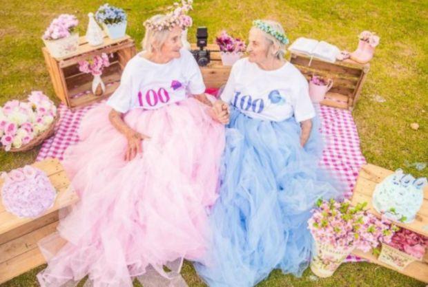 Сестри-близнята з Бразилії Марія Піньятоне Понтінья і Пауліна Піньятоне Пандольфо знялися в яскравій фотосесії в честь свого 100-річчя. Повідомляє сай