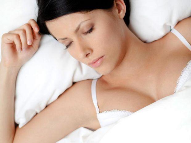 Американські лікарі закликали жінок ні в якому разі не лягати в ліжко в бюстгальтері і взагалі носити його як можна рідше.