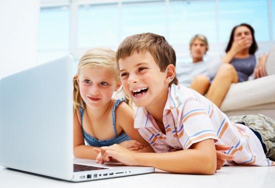 З якого віку дитина може користуватися комп'ютером, як правильно організувати для неї робоче місце, і що робити, якщо ваша дитина занадто багато часу