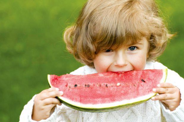 Харчування для дітей у спеку: чим годувати дитину влітку - читайте далі.