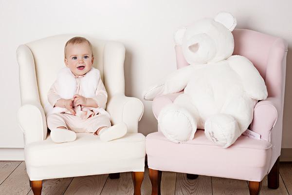 Сьогодні одягнути дитину в красиві і витончені речі можна без турбот. Та й для виписки дитини з пологового будинку сьогодні існують різноманітні компл