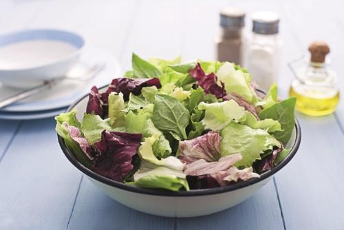 Якщо ви хочете, щоб ваш малюк їв корисні літні овочі, запропонуйте йому цей простий та смачний салат.