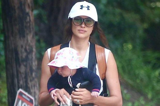 Папараці вже ж підловили молоду матусю на прогулянці з донечкою, повідомляє сайт Наша мама.