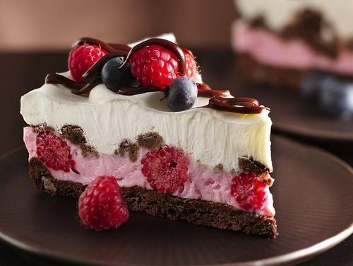 Як оформити святковий торт?Торт - улюблені ласощі малюків в день народження. А якщо торт представлений у вигляді улюбленого персонажа, фортеці чи мило