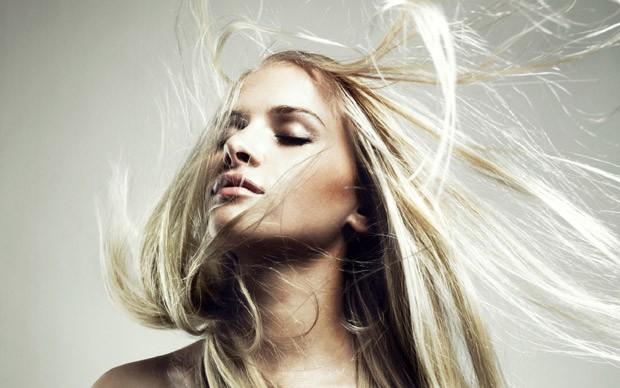 В холодну пору року повітря в приміщеннях стає більш сухим через опалювальні прилади, тому на одязі і волоссі накопичується статична електрика, яка зм