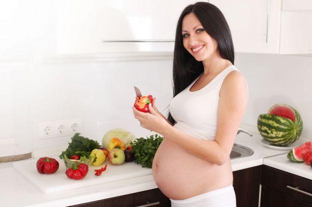 Не секрет, що під час вагітності малюк в животику харчується тим, що споживає його мама. Тому жінці необхідно переглянути свій раціон. Потрібно повніс