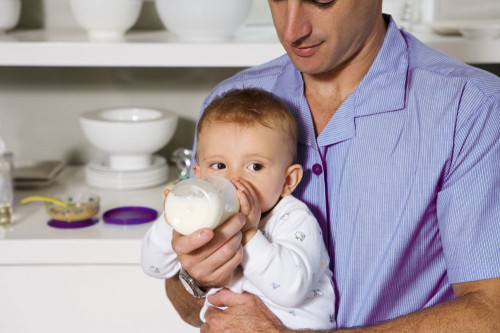 Якщо з певних причин ви не в змозі годувати малюка материнським молоком, можете замінити його сумішшю. Сьогодні в Україні широкий вибір молочних суміш
