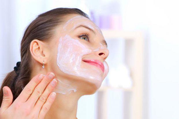 Рецепт маски, яку легко зробити вдома. Вона згладить зморшки і зробить шкіру обличчя м'якшою.