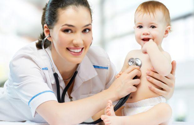 Педіатр допомагає діагностувати і лікувати захворювань у маленьких дітей.