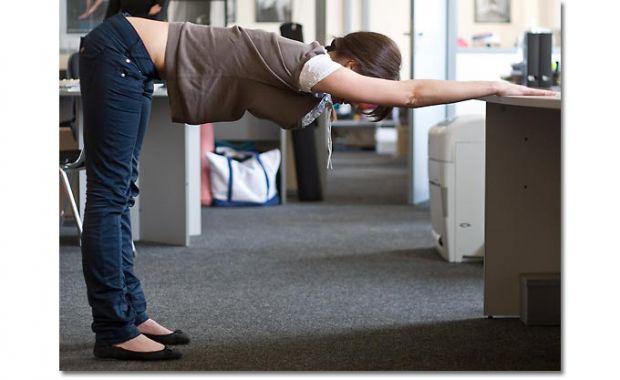 Не обов'язково виснажувати себе складними тренуваннями. Якщо ти боїшся, що втратиш свою фігуру через сидячу роботу, викинь це з голови. Виділи 5-10 хв