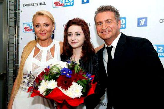 14-річна дочка однієї із найгармонійніших пар російськогого шоу-бізнесу вперше за 10 років вийшла до публіки разом із батьками.