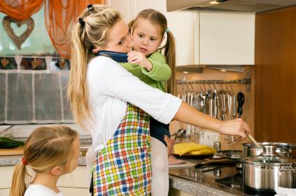 Традиційно, мама виношуючи дитину впродовж 9 місяців існує з дитиною як одне ціле, потім годує малюка грудьми, піклується про нього. А роль батька пол