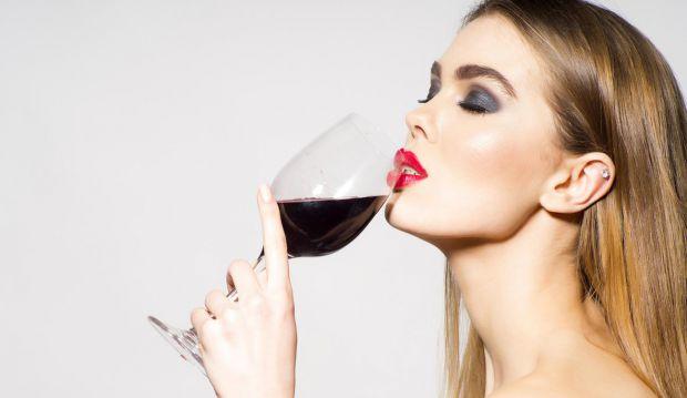 Косметолог Деббі Томас виявила негативні наслідки від прийому спиртних напоїв.