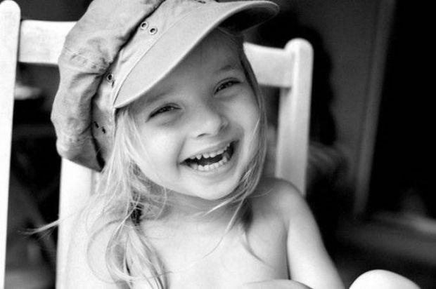 Вчені з Університету Теннессі провели дослідження, яке показало, що усмішка здатна зробити людей набагато щасливішими, в той час як похмурий погляд зм