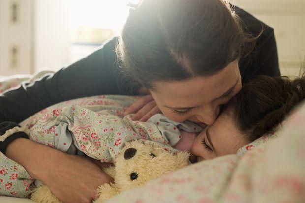 Всі ми знаємо про те, що дитині, щоб добре спати, не можна бути активною годину до того, як мама з татом вкладуть її до ліжечка. Але часом батькам не
