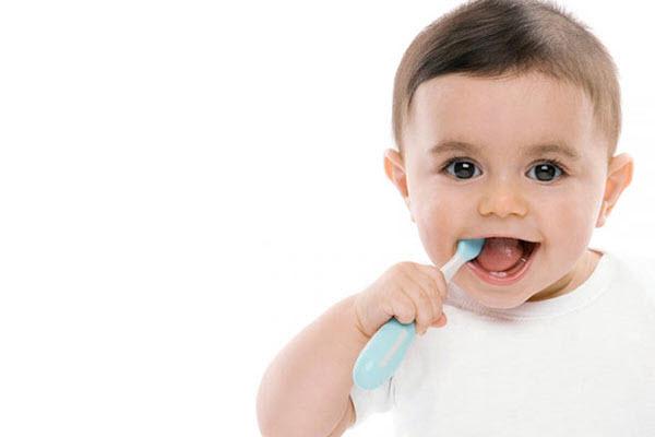 Частою причиною руйнування зубів є дефіцит кальцію в харчуванні дитини (кальцій - структурна основа кожного зубчика вашого малюка).Побутує думка, що к