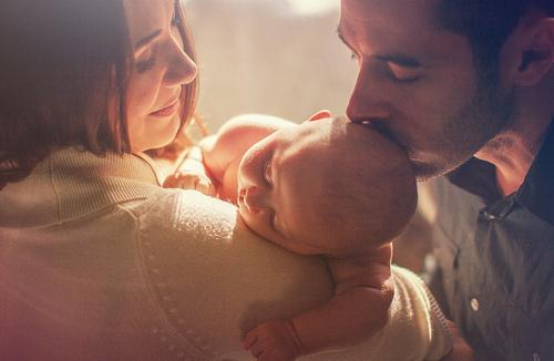 Чи потрібно носити малюка на руках? На це питання спробує дати вичерпну відповідь доктор Комаровський.