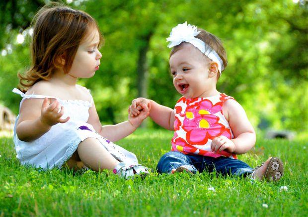 Якщо ви помічаєте, що вашій маленькій донечці подобаються дівчатка, а сини звертають увагу на хлопчиків, то потрібно звернути увагу на їх виховання і,