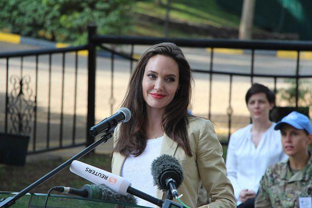 Анджеліна Джолі помітно покрасивішала та нарешті почала посміхатись (ФОТО)