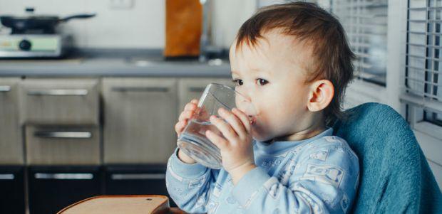 Багато дітей шкільного віку випивають недостатню кількість води протягом дня і, відповідно, відчувають спрагу. Чим це загрожує для маленького організм