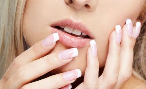 Нестача вітамінів і мікроелементів в організмі, відсутність догляду за нігтями, вплив зовнішнього середовища - все це призводить до ламкості нігтів.