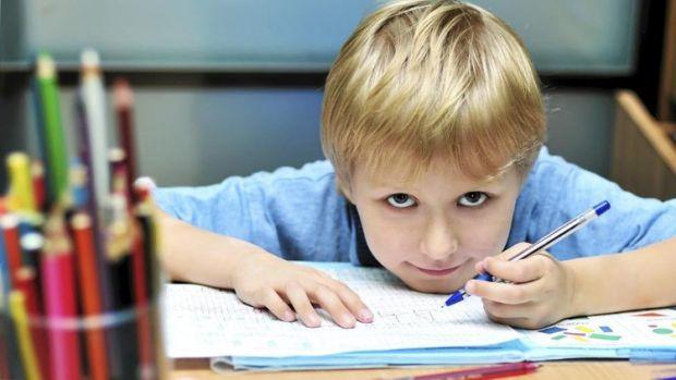Якщо ваша дитина робить все лівою рукою, то не варто переживати, адже вона цікава особистість. Детальніше читайте у матеріалі.