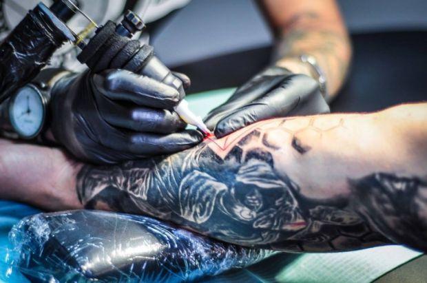 За статистикою, кожен четвертий житель планети у віці від 18 до 35 років прикрашає своє тіло татуюваннями. У той час як лабораторні дослідження складу