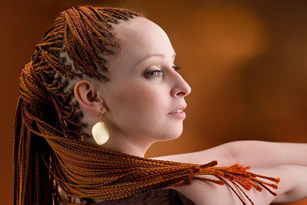 Якщо хвіст або колосок жінка розплітає щодня, хоча б вночі даючи волоссю відпочинок, то, наприклад, афрокосички заплітаються на 2-3 місяці. Чим вони ш