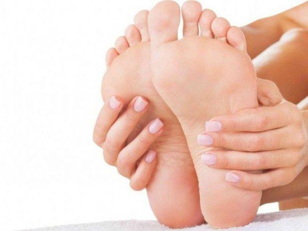 Шкіра на п'ятах може ставати сухою і потрісканою. Що з цим робити? Забезпечити своїм п'ятам правильний догляд.