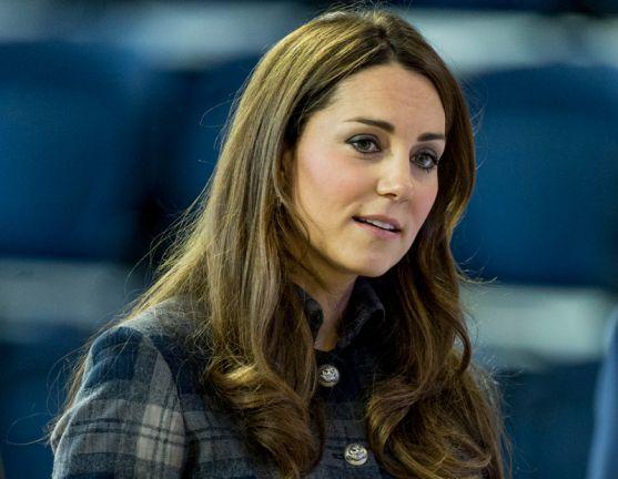 Біля лікарні Святої Марії, що В Лондоні, тисячі британців чекають, щоб побачити новонародженого королівського нащадка.