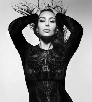 Світська левиця Кім Кардашьян стала головною героїнею нового номера журналу CR Fashion Book.