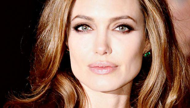 Від природи Анжеліна Джолі має дуже виразні губи. Якщо ви не є власницею таких губ, вам допоможуть тональний крем, пудра, бежевий олівець, помади м'як