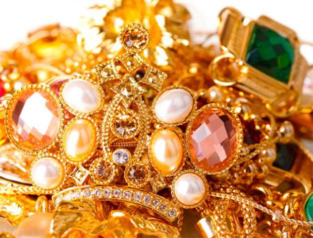 Ювелірні вироби - це завжди прекрасно і вишукано дивиться. Зараз мода повернулася на золоті, круглі сережки, грубі ланцюжки тощо, тому будьте у тренді