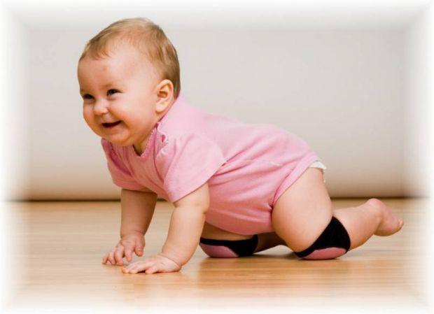 Повзання - важливий навик малюка. Під час такої зарядки розвиваються м'язи і вестибулярний апарат. Як навчити дитину повзати?