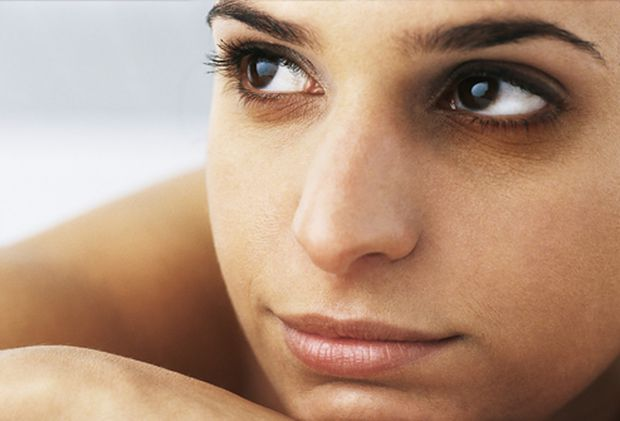 Зона під нижньою повікою може візуально зістарити завчасно, якщо шкіра на цій ділянці набрякла, або набула нездорового кольору. Які фактори призводять