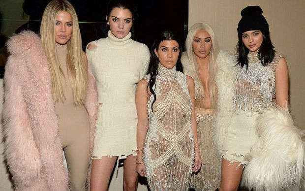 Сестри Кардашьян-Дженнер з'явилися на публіці в образі сексуальних ангелів Victoria's Secret. Дівчата поділилися фотографіями в Instagram.