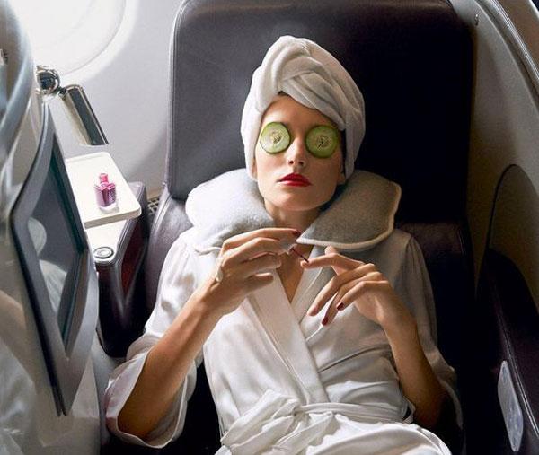Якщо ви збираєтеся летіти у відпустку чи відрядження, то потрібно знати, як краще наносити макіяж.