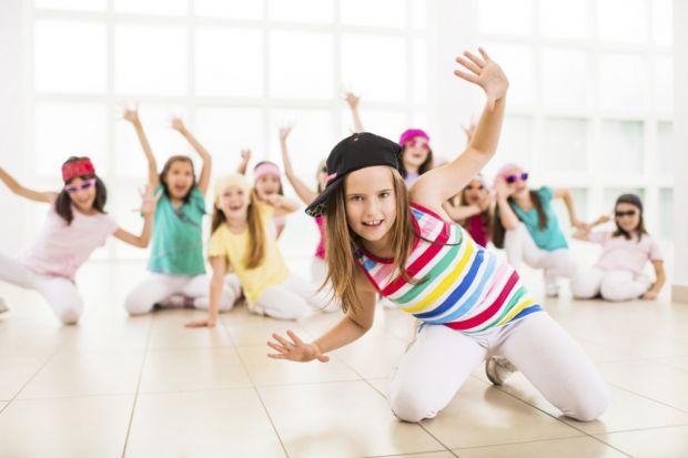 Чи знаєте ви, що танці розвивають організм дитини? Зміцнюють імунітет, формують правильну поставу, також танці розвивають артистизм у дитни та самовпе